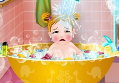 אמבטיה ראשונה לתינוקת