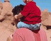 ילד משתין על אביו