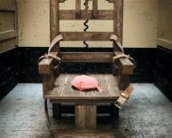 כסא מצחיק או מפחיד?