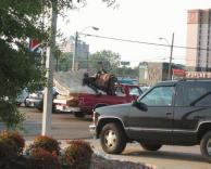 נפל על אוטו עם מזרון