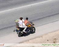 דרך מקורית להביא קניות הביתה עם אופנוע