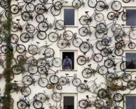 קיר מלא אופניים