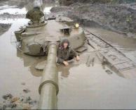 הטנק תקוע בבוץ..